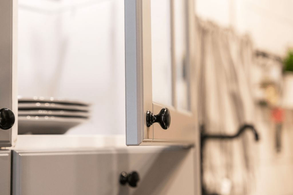 How Much Does It Cost To Put New Doors On Kitchen Cabinets? 8